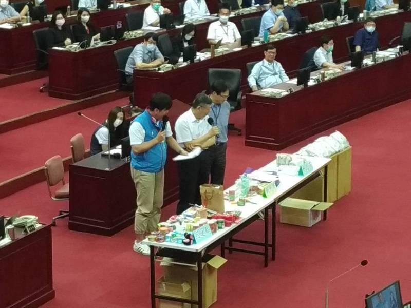 台北市李傅中武質疑,台北市送的防疫關懷包變成紀念包。記者林麗玉/攝影