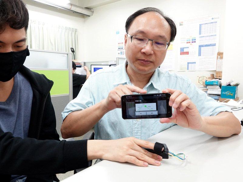 中正大學電機系教授余松年團隊開發的「即時情緒辨識系統」,可即時了解心血管疾病患者的情緒狀況。圖/中正大學提供