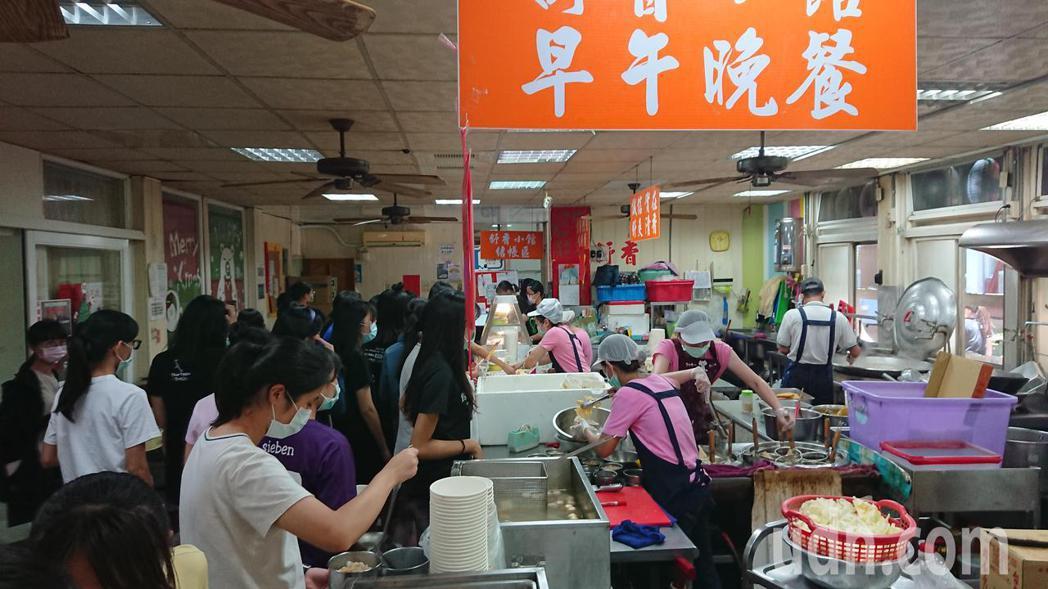台南女中福利社面臨虧本的危機,學校發出多消費的搶救訊息。記者鄭惠仁/攝影