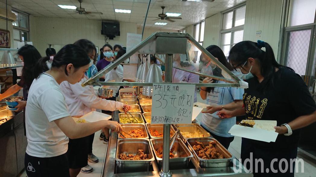 台南女中的「美食王國」年年虧本 學校發出搶救訊息。記者鄭惠仁/攝影