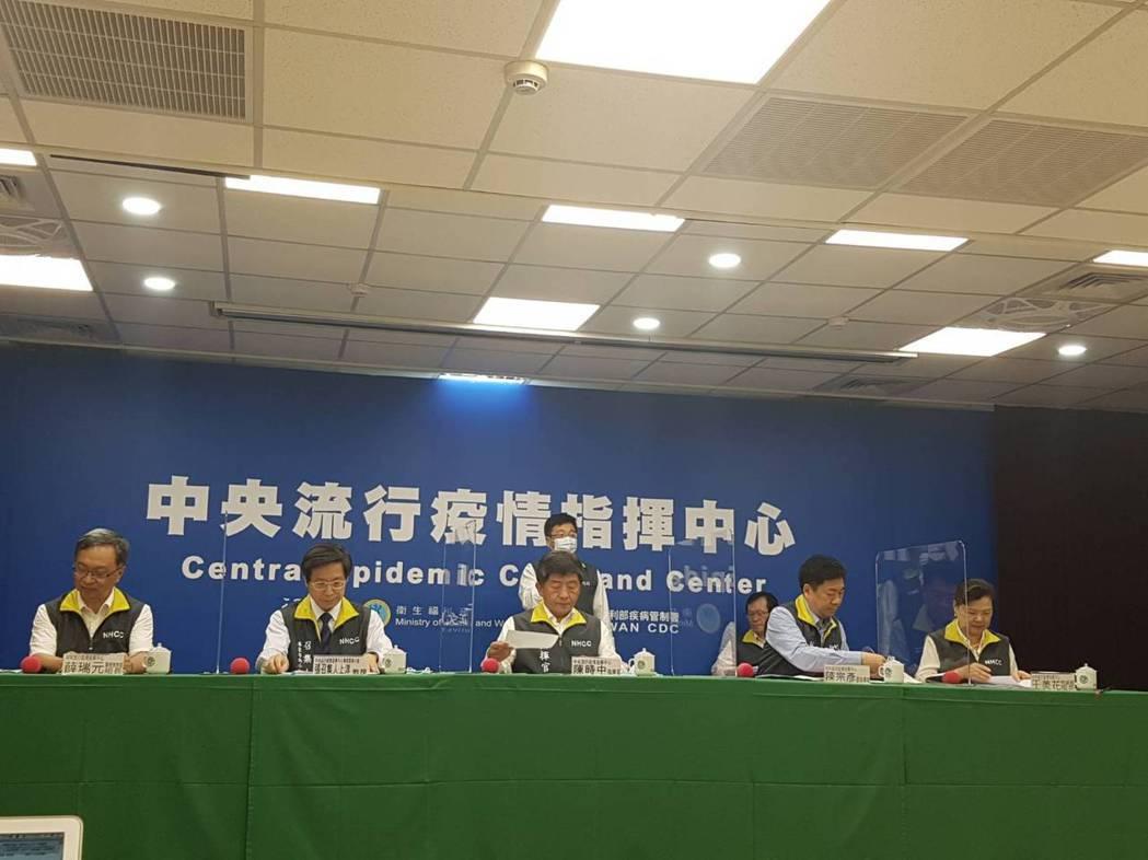 中央流行疫情指揮中心6月2日記者會第一排由左到右中央流行疫情指揮中心醫療應變組組...