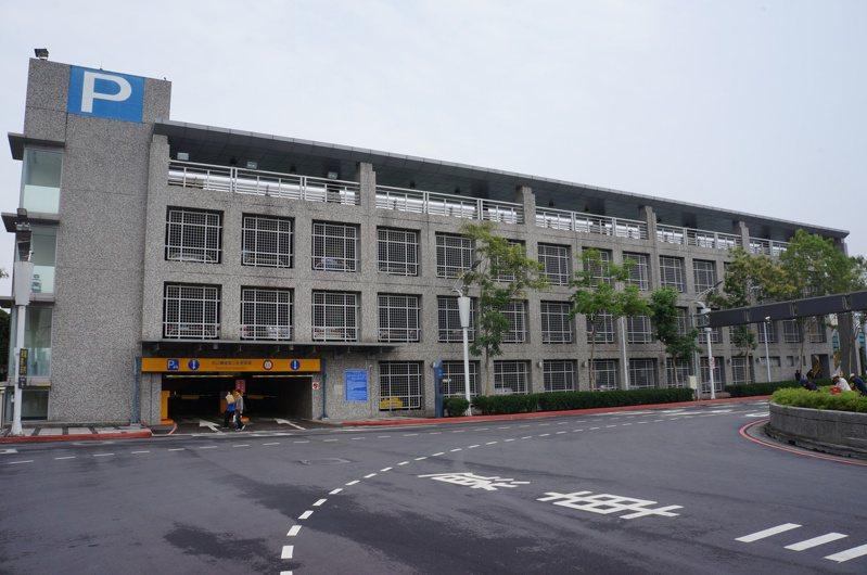 松山機場台北航空站東側第三立體停車場,每到入夜後,使用率急降,附近居民希望可以開放月租票使用,別讓第三立體停車場變成「蚊子停車場」。 圖/聯合報系資料照片