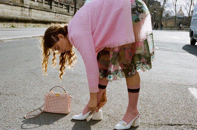 FENDI春夏形象廣告造型木村光希也詮釋過,搭配FENDI粉色編織Mini Pe...