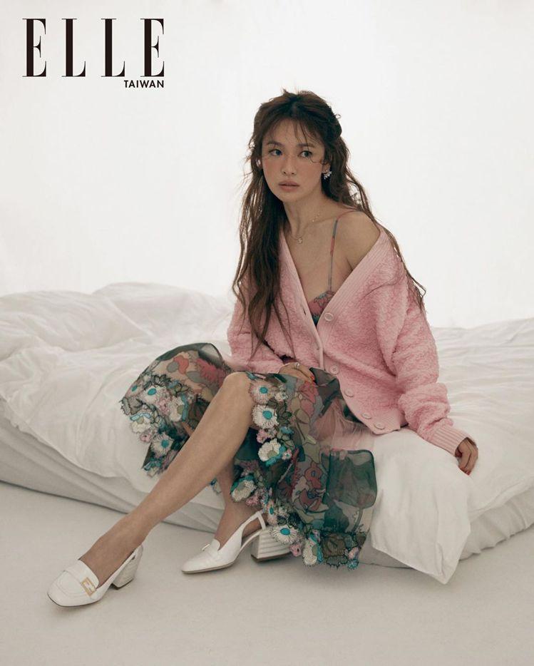 宋慧喬在6月號的ELLE雜誌身穿FENDI春夏形象廣告同款造型。圖/取自ELLE...