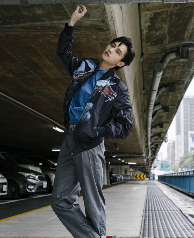 范少勳穿恐龍貼飾刺繡飛行夾克,79,500元。圖/VALENTINO提供