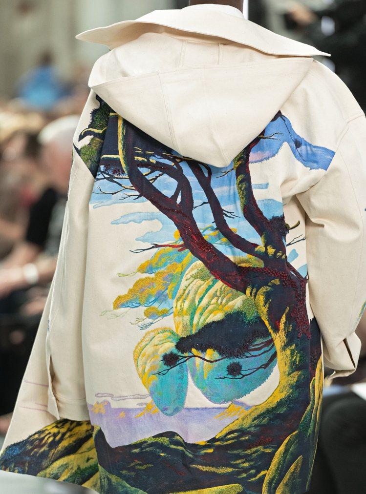 以繽紛的絲線與琉璃珠進行刺繡,一件外套需五位藝匠投入十日的時間才能完成。圖/VA...