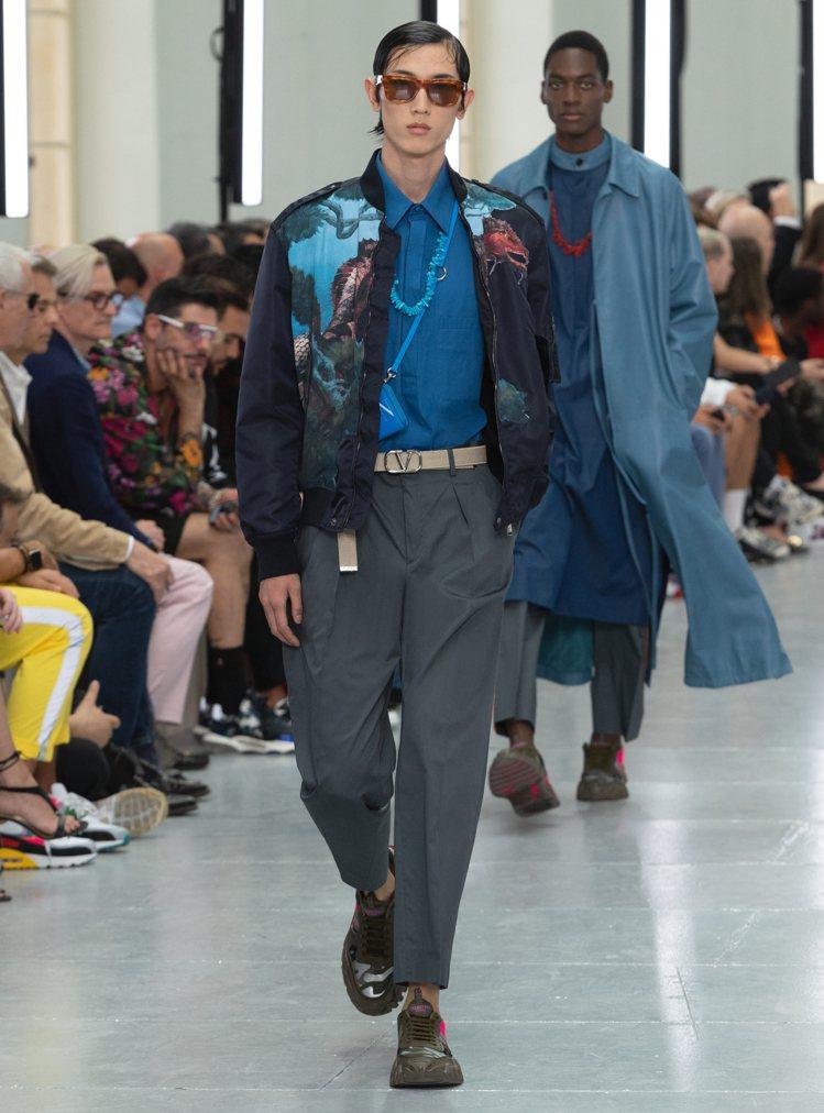 VALENTINO春夏男裝系列描述摩登、熱愛冒險與創新的旅者,與英國藝術家Rog...