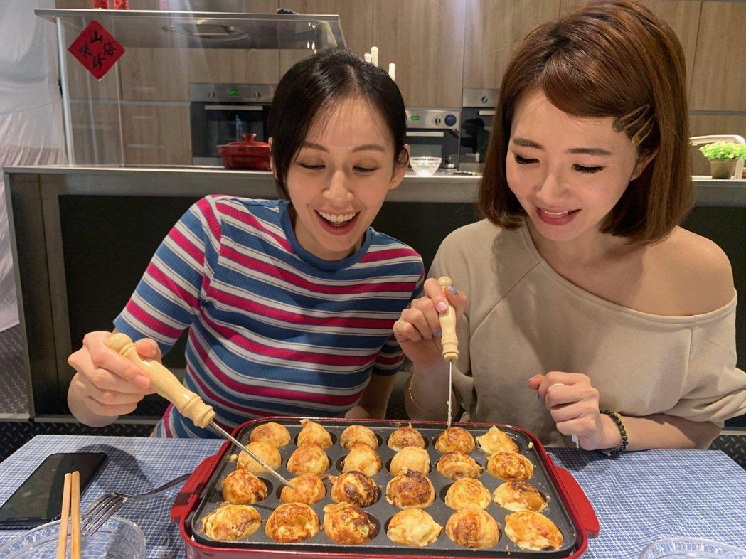 袁艾菲(左)、謝忻在節目上邊做章魚燒邊談心。圖/風雅國際提供