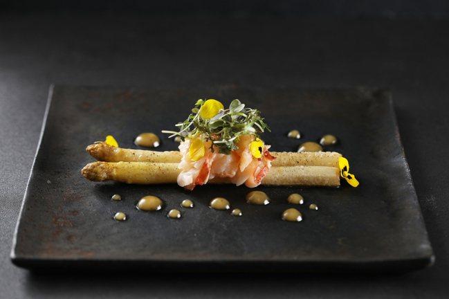 亞都麗緻巴黎廳1930 x 高山英紀「白蘆筍波士頓龍蝦、蜂蜜胡荽子油醋」。圖/台...