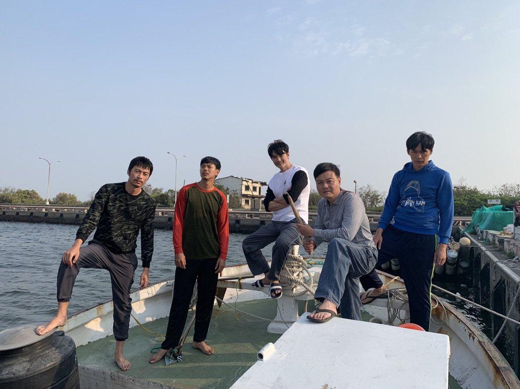 余思達(左起)、孫綻、方大緯、林清國、黃鐙輝在「無主之子」中一起在漁船上工作。圖...