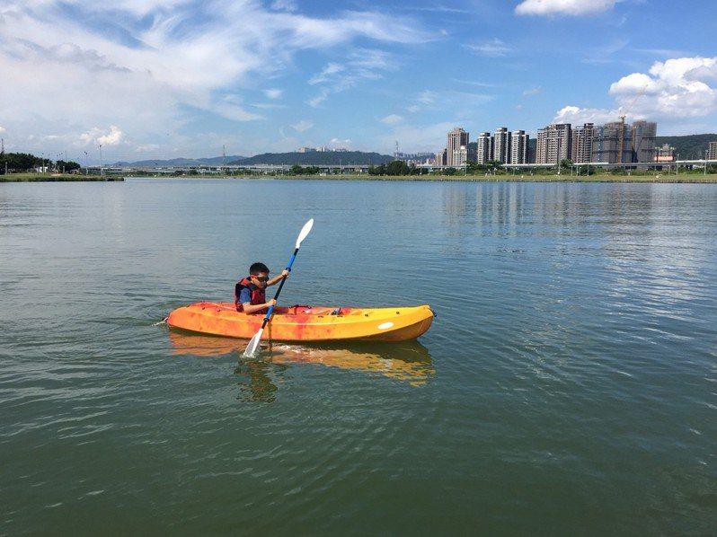 新北市每年暑假都會辦理水域體驗活動,圖為獨木舟體驗營。圖/新北市體育處提供