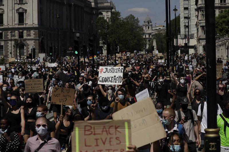 分析師說,全美各地示威活動造成的社會動盪,恐將危及川普總統的連任前景,美國國會也可能因此加碼擴大下一階段的防疫紓困規模。美聯社