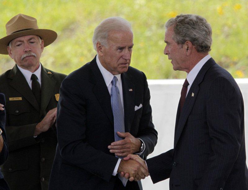 2011年9月10日,小布希在聯合航空93號國家紀念館第一階段落成典禮致詞完後,跟時任副總統的拜登握手致意。美聯社