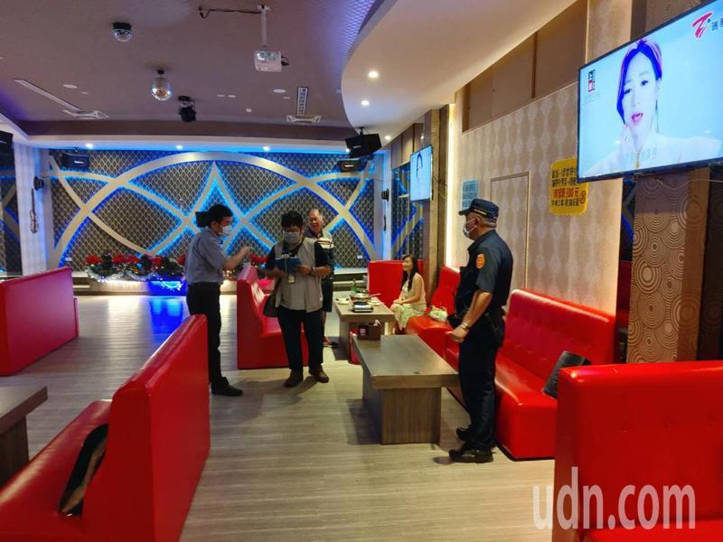 台南新營警分局會同市府聯合稽查到八大行業稽查有無落實防疫。記者吳淑玲/翻攝