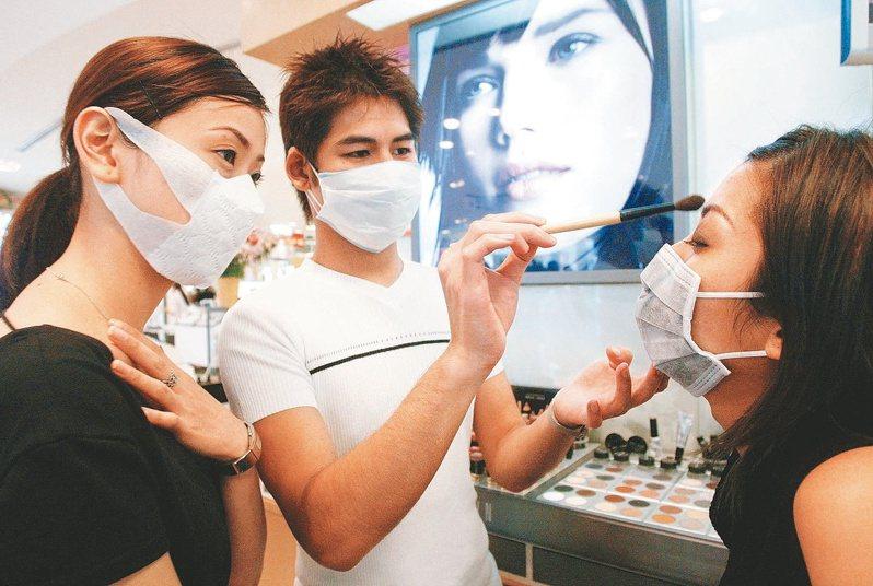 口罩罩住半張臉,雙眼成為最重要的表情媒介,眼霜、滾珠按摩筆等保養品,及睫毛膏、眼影、角膜變色片等銷量上升。圖/聯合報系資料照片