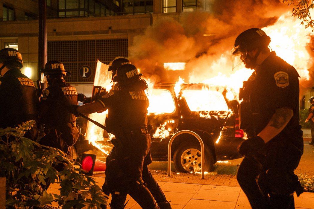 美國各地傳暴動,常可見到汽車被焚燒。(歐新社)
