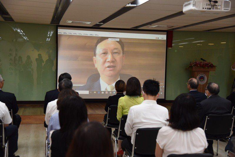 僑委會新任委員長童振源(螢幕上)今天以視訊方式參與布達典禮。圖/僑委會提供