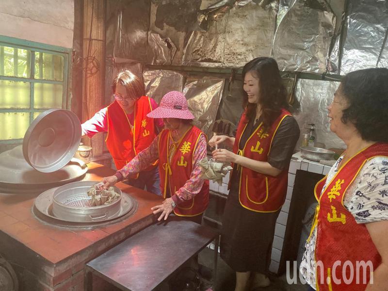 華山基金會今天到獨居在雲林二崙的阿妹阿嬤家,一起包粽子提前共度佳節,一解阿嬤的思子之情。記者陳苡葳/攝影