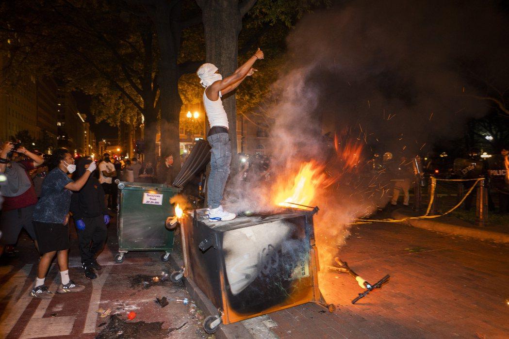 美國各地動盪,街頭常可見到類似景象。圖/歐新社資料照片