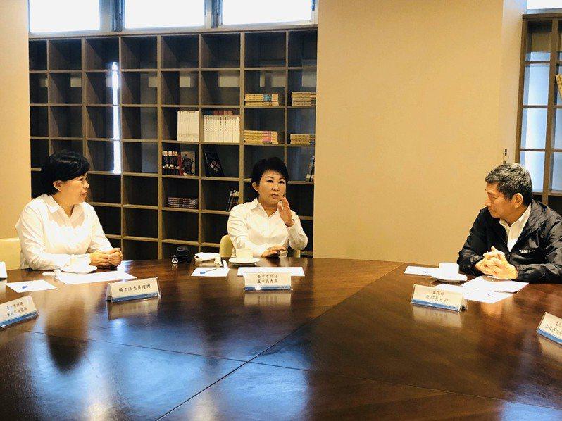 台中市長盧秀燕和立委楊瓊瓔,今天北上找文化部長李永得(右)。圖/立委楊瓊瓔服務處提供