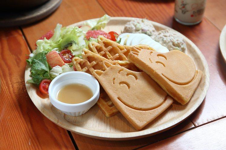 嚕嚕米鮪魚沙拉鬆餅,每份260元。記者陳睿中/攝影