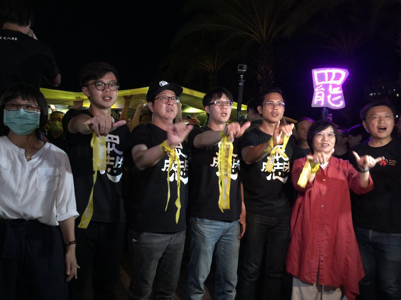 罷韓團體凹仔底宣傳罷韓投票 照亮巨幅黃布條