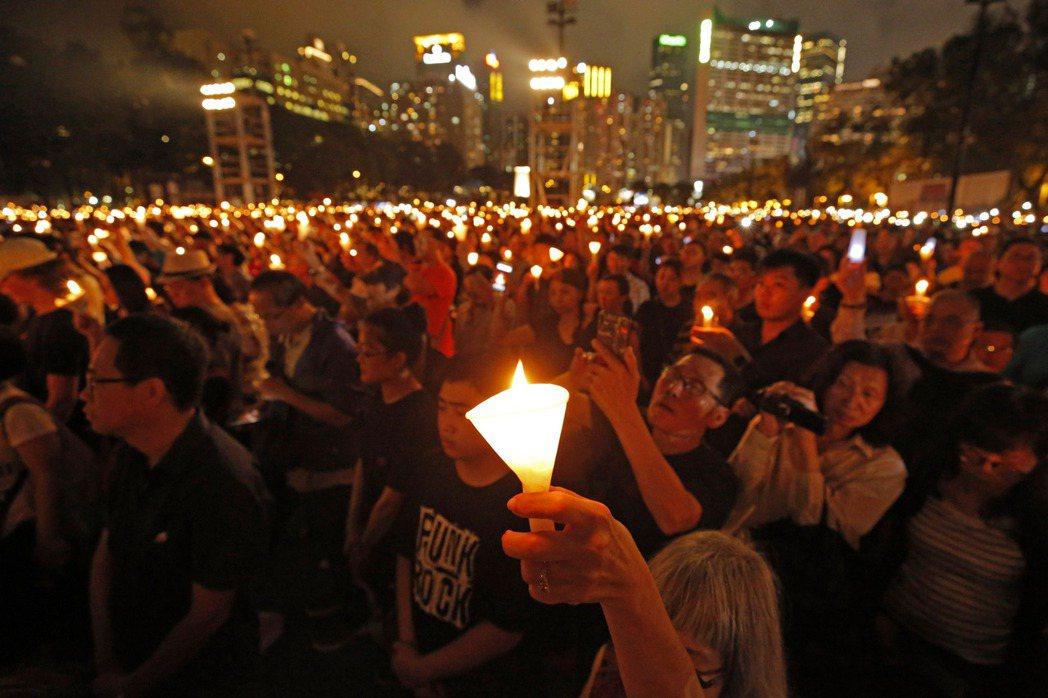 圖為去年香港維多利亞公園六四燭光晚會。(美聯社)