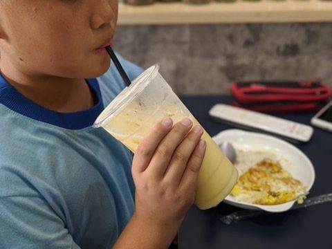 手搖飲料雖能補充水分,但飲料中的糖分,恐造成民眾與患者身體的血糖與血脂異常升高。記者陳弘逸/攝影