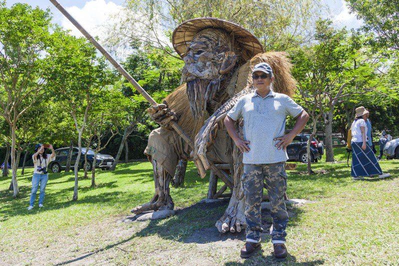 原住民藝術家沈志明利用巨大漂流木,做出垂釣老人作品「何時」。圖/水保局台東分局提供