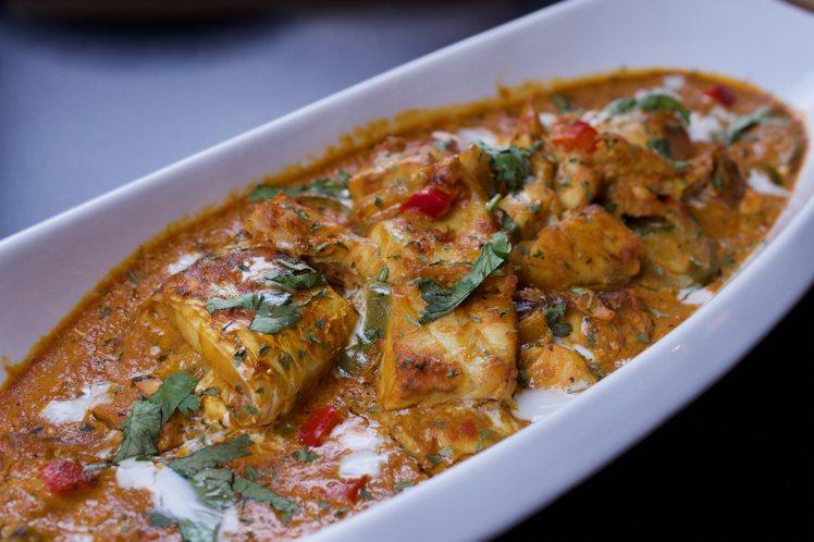 ABV加勒比海餐酒館的「加勒比海椰汁香料燉魚」,有著豐富的辛香口感,每份360元...