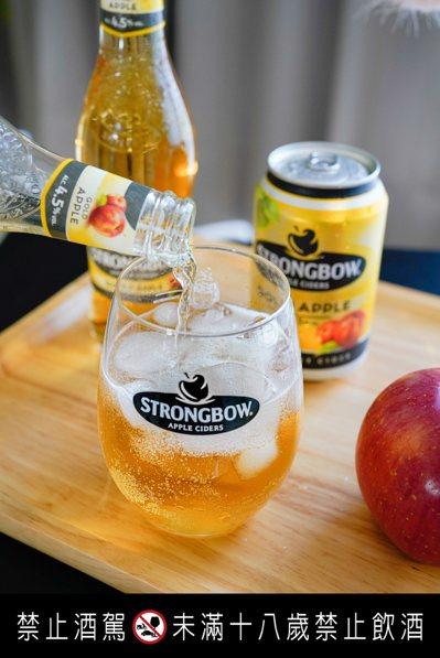 詩莊堡金黃蘋果酒搭配冰塊飲用,更能勾起蘋果香甜滋味。圖/詩莊堡提供