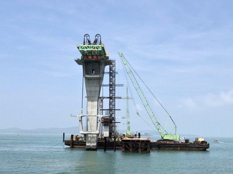 金門大橋工程昨天進行第一塊預鑄節塊的上梁儀式,象徵邁向完工之路的里程碑。記者蔡家蓁/攝影