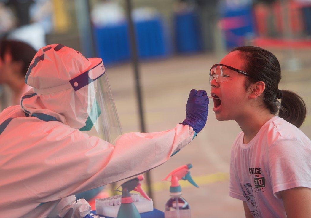 武漢十多天檢測近千萬人,僅發現三百名無症狀感染者。(新華社)