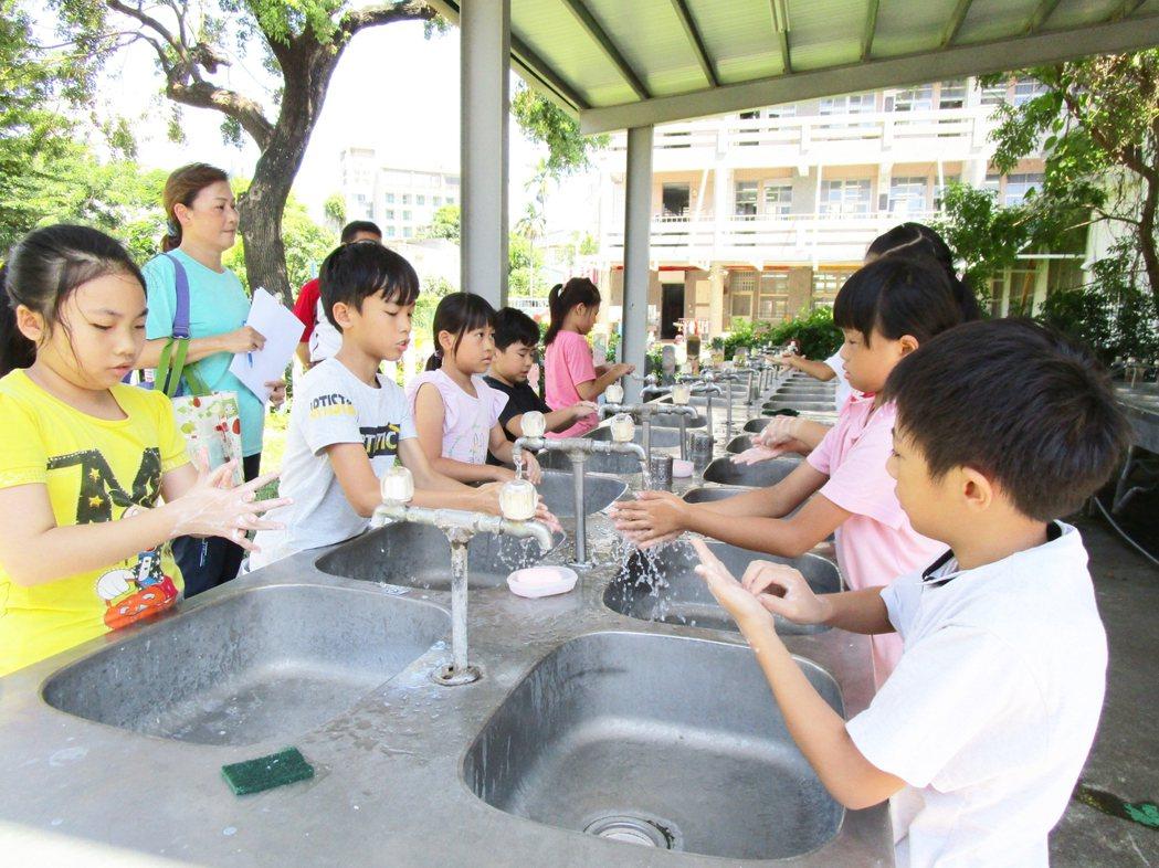 台東縣所有國中小學鼓勵學生勤洗手、戴口罩,除有效防止新冠疫情,也意外讓腸病毒及流...