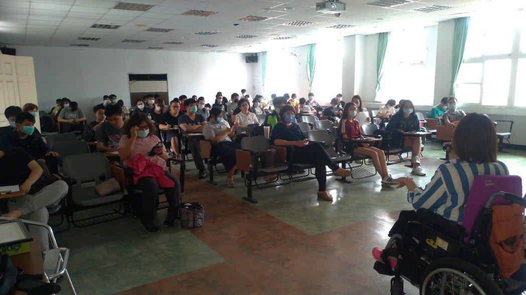 講師與學生互動熱烈。 高苑科大/提供