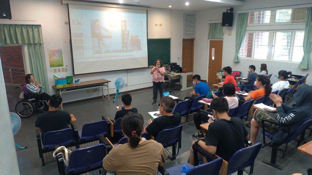學生專心聆聽演講。 高苑科大/提供