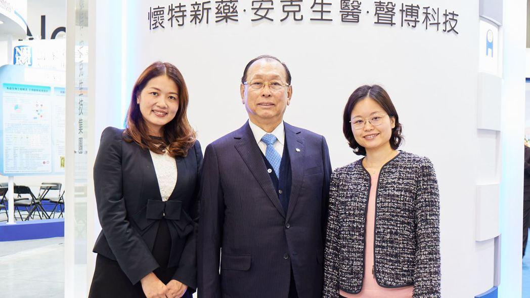 李成家(中)的長女李伊俐(左)、次女李伊伶(右),兩位美吾華公主成為生技界最年輕...