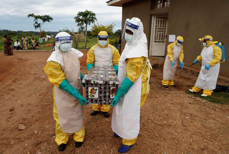 非洲國家剛果民主共和國衛生部長隆貢多表示,當地西北部赤道省首府姆班達卡市再次爆發伊波拉疫情,至少造成五人死亡,包括一名15歲女童。救援機構世界宣明會表示,該國正受新冠肺炎、麻疹和伊波拉夾擊,對數以百萬計兒童和家庭構成致命威脅。 路透社