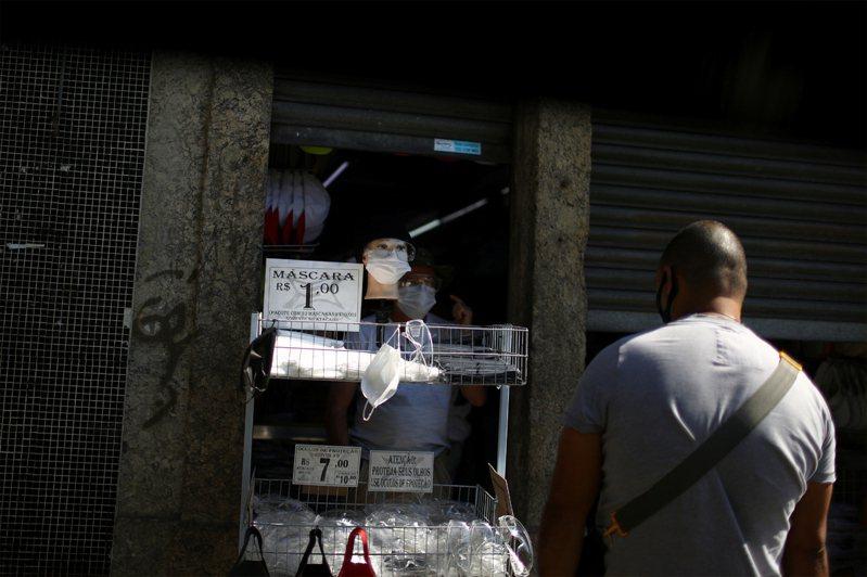 巴西因新冠肺炎病故人數突然3萬,居全球第四高。圖為店家販售口罩。路透