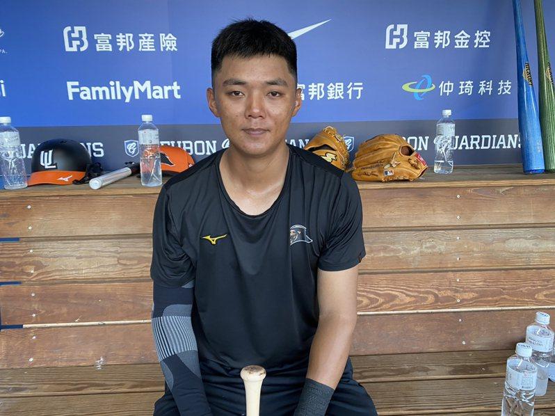 中職統一獅的陳重廷(圖)本季多練游擊,3日升上一軍,他表示,現在能跟哥哥陳重羽同在一軍,感到很開心。中央社