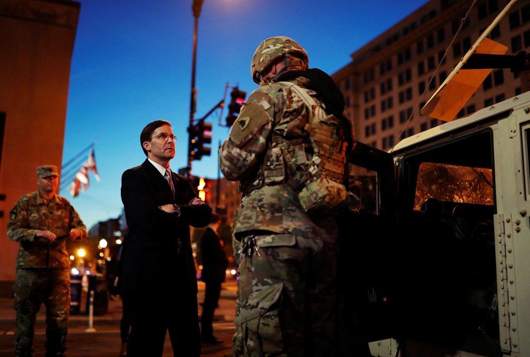 國防部長埃斯伯周一晚間各自走上華府街頭「視察軍方的防禦準備」。 圖/路透社