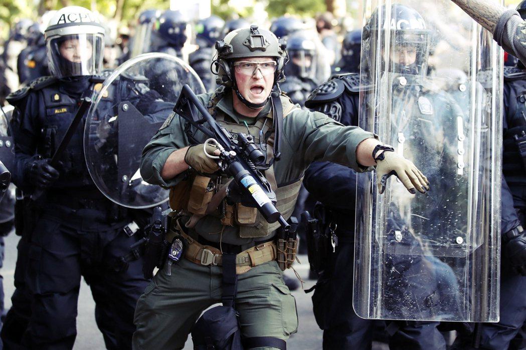 各地仍不斷傳出零星的槍擊事件、汽車衝撞示威者事件,與警民街頭對抗的暴力巷戰。 圖...