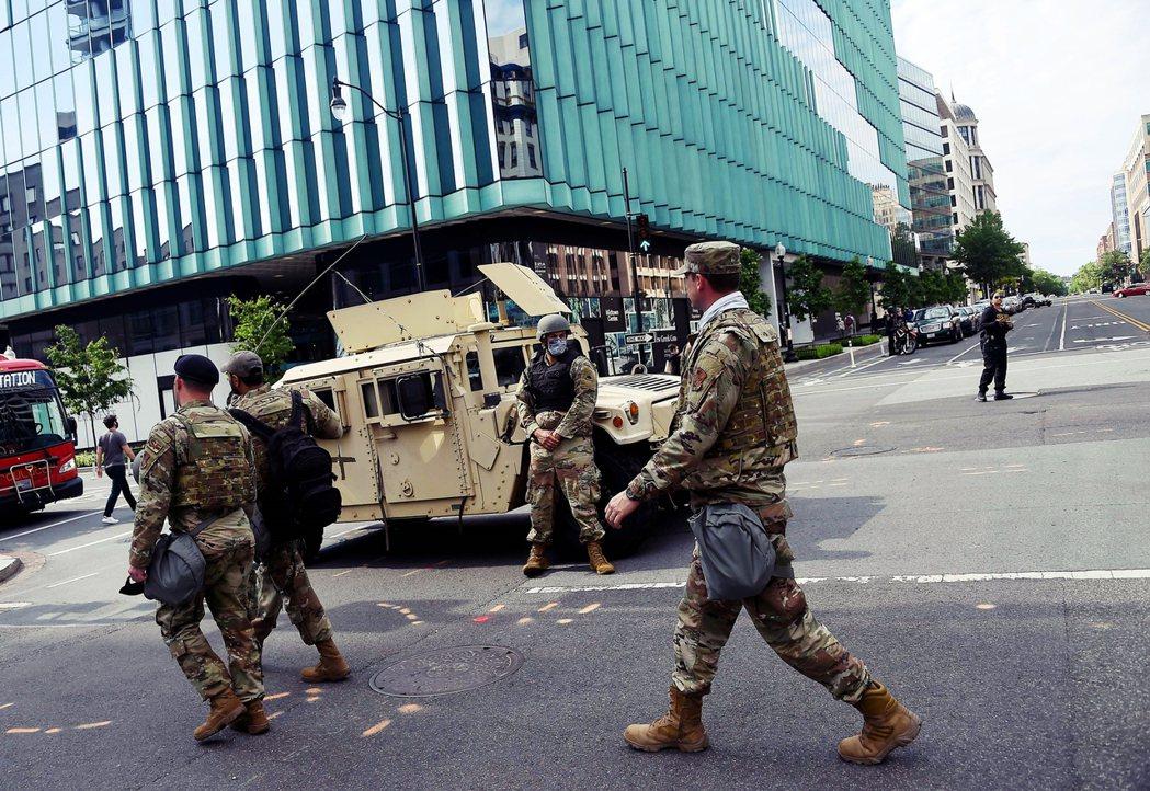 國民兵2日在白宮周遭一帶的街頭巡視。 圖/法新社