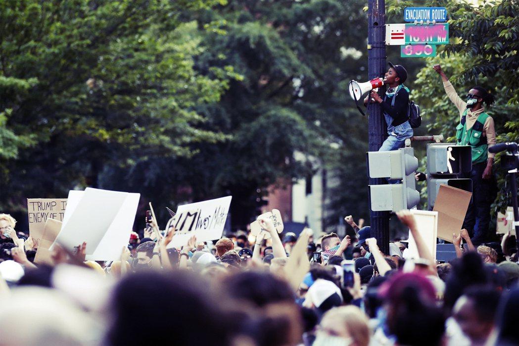 川普的強硬表態不僅沒有嚇阻街頭人潮,反而有提油救火之勢,2日進入華府的示威者人潮...