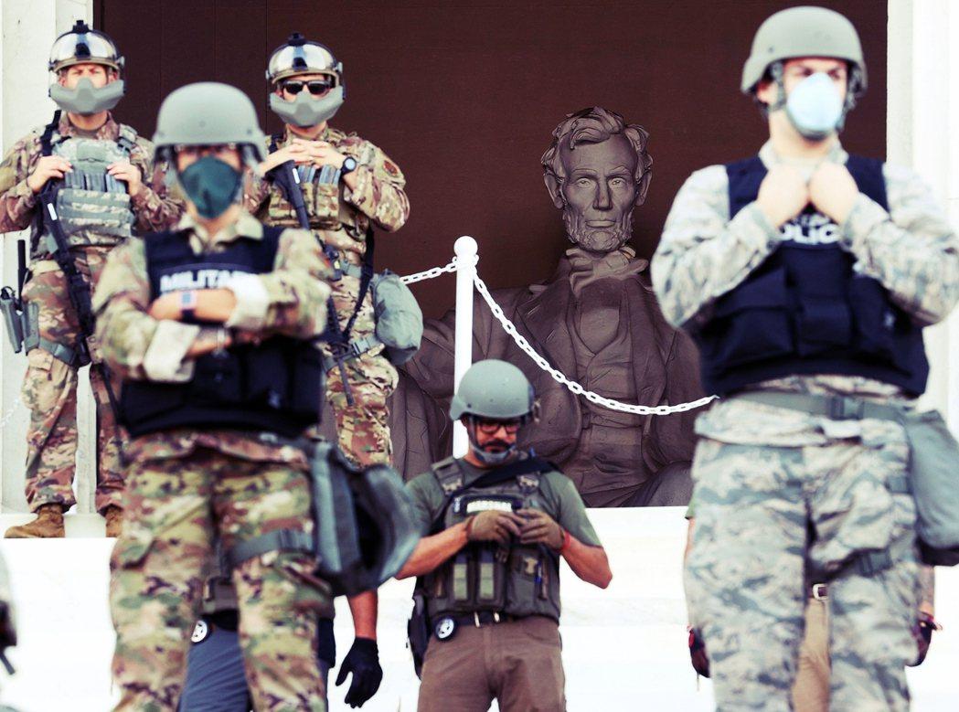 林肯紀念堂大批「憲兵人牆陣」,前線蒙面的憲兵雖然沒有持槍,但卻著鋼盔、迷彩服嚇阻...