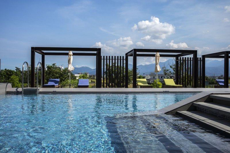 綠舞飯店的露天泳池,周邊環境充滿自然元素。為一大亮點。 業者/提供