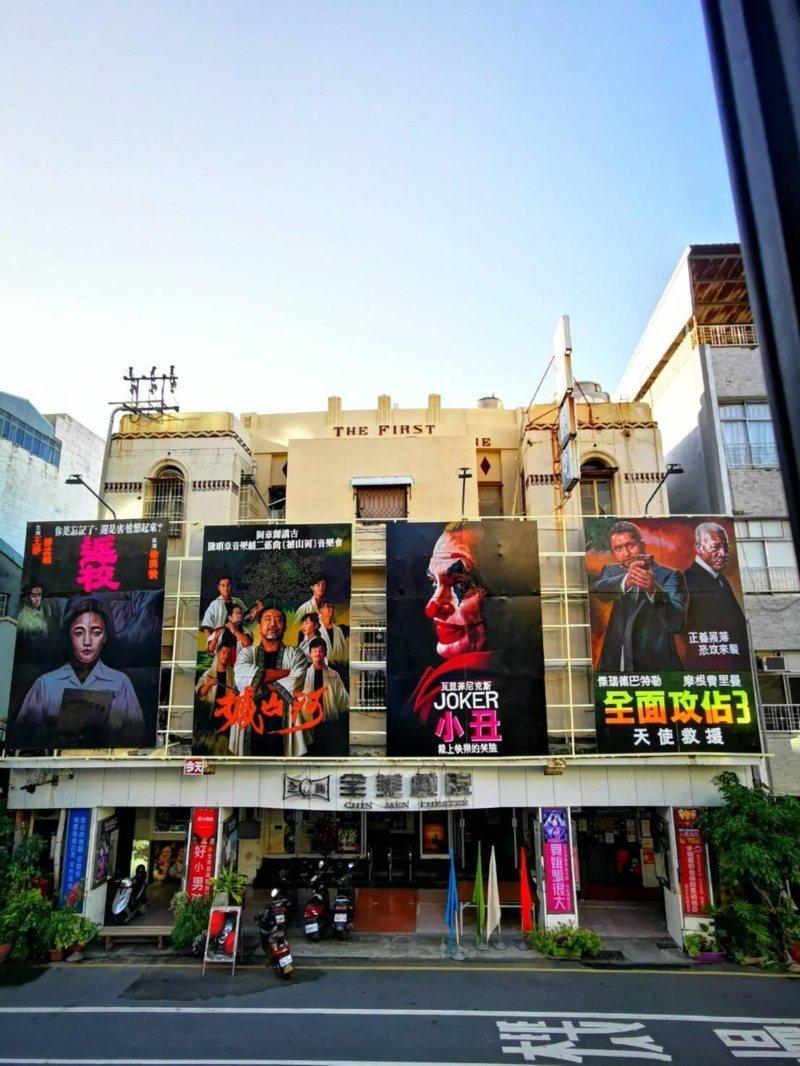 台南老戲院全美戲院就是手繪畫師顏振發的展示場。 圖/取自全美今日戲院手繪看板文創...