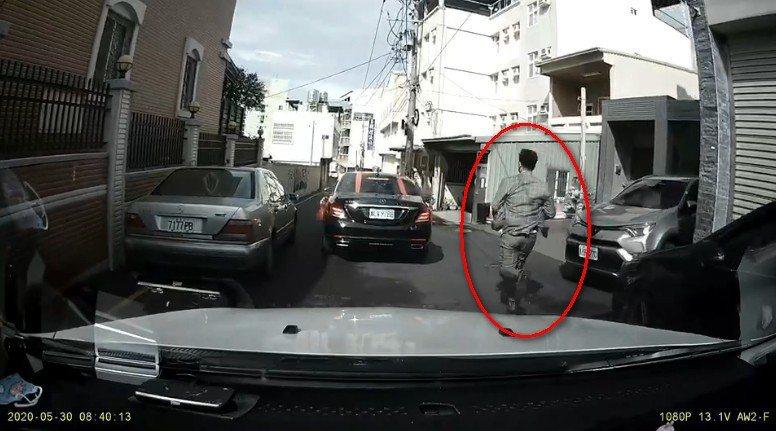 新郎突然出現在影片中追趕禮車。 圖擷自【爆廢公社公開版】