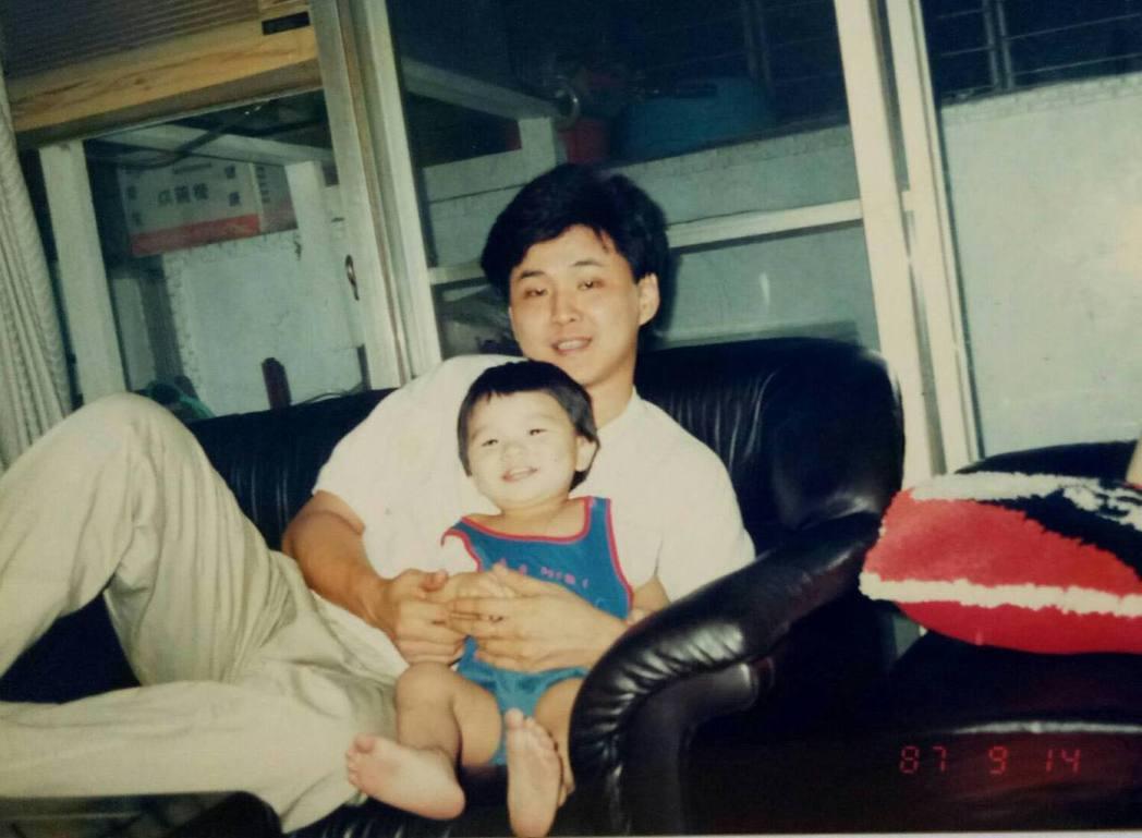 曾治豪童年時與父親賀一航合照。 圖/擷自曾治豪臉書