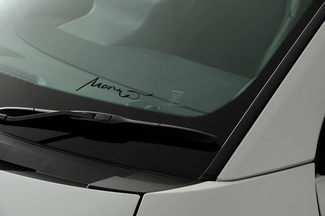 有著車手Morizo(豐田章男)簽名的前擋風玻璃。 摘自Toyota